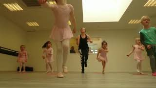 Lexi-oefenen-met-dansen