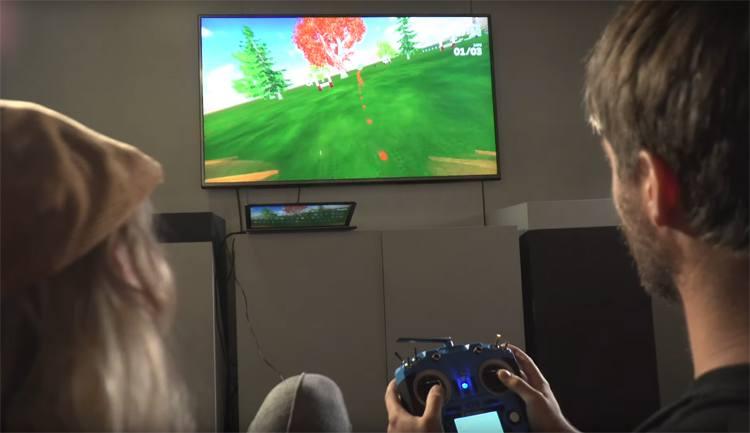 Ralph leert Saskia vliegen in een simulator
